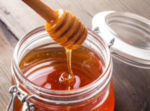 Do you know which is the better choice for your health- honey or sugar? (photo credit: BigStockPhoto.com)